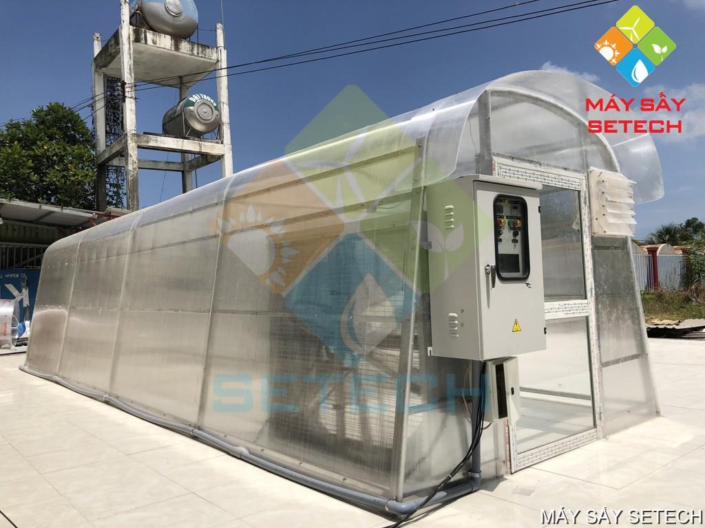 Bộ phận điều khiển đặt phía trước nhà sấy và bộ phận tải ẩm đặt phía bên trong nhà sấy sử dụng năng lượng mặt trời