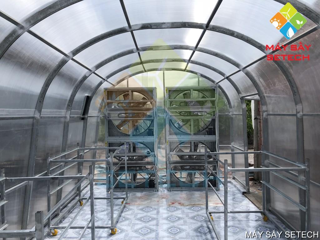 Hệ thống quạt và xe goong bên trong nhà sấy năng lượng mặt trời